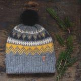 Szarość trykotowy kapelusz z pompon Zdjęcia Stock