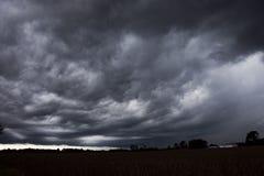 SZAROŚĆ WIRUJE burz chmury NA horyzoncie zdjęcia stock