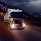 Szarości ciężarówka na autostradzie fotografia royalty free