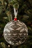 Szarości i Białego Trykotowy boże narodzenie ornament Zdjęcie Stock