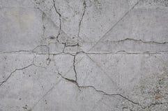 Szarości tekstury betonowy tło pęknięcia narysy szkoda obrazy royalty free