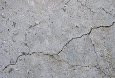 Szarości tekstury betonowy tło pęknięcia narysy szkoda Krakingowy kamiennej ściany tło zdjęcie stock