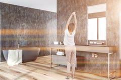 Szary łazienka kąt, balia i zlew, kobieta obrazy royalty free