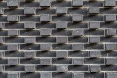 Szary ściana z cegieł z sterczącymi cegłami out ściana Obrazy Stock