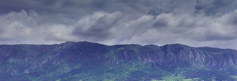 Szary burzowy niebo nad górą Dramatyczny Dziki krajobraz Obraz Royalty Free