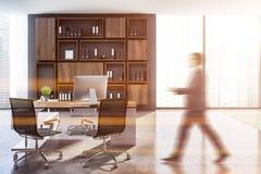 Szary ceo biuro, drewniany bookcase, mężczyzna fotografia stock