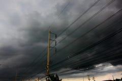 szary niebo przed tajfunu, huraganu lub tornada dużą burzą przychodzącą obraz royalty free