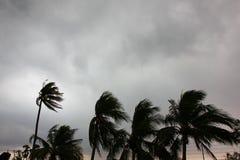 Szary niebo przed tajfunu, huraganu lub tornada dużą burzą przychodzącą r fotografia royalty free