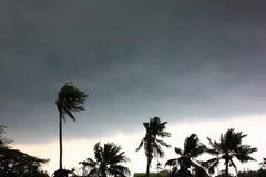Szary niebo przed tajfunu, huraganu lub tornada dużą burzą przychodzącą r zdjęcie royalty free