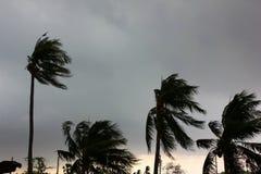 Szary niebo przed tajfunu, huraganu lub tornada dużą burzą przychodzącą r obraz royalty free