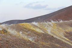 Szary Wodorowy wulkan i wulkanów kratery na Vulcano wyspie, Lipari, Włochy Zmierzch, gaz, siarka, Jadowite pary, odparowywanie zdjęcie stock