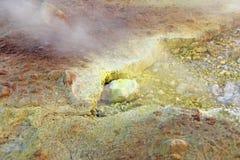 Szary Wodorowy wulkan i wulkanów kratery na Vulcano wyspie, Lipari, Włochy Zmierzch, gaz, siarka, Jadowite pary, odparowywanie obraz stock