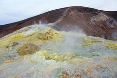 Szary Wodorowy wulkan i wulkanów kratery na Vulcano wyspie, Lipari, Włochy Zmierzch, gaz, siarka, Jadowite pary, odparowywanie fotografia royalty free