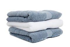 Szarzy błękitny i biały ręczniki z mydłem na biel Fotografia Royalty Free