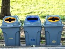 Szarzy kosze dla jałowy sortować są w jawnym parku w Bangkok Thailand plastik recyklingu butelek pojęcia linę, wiążące wody sznur Obrazy Royalty Free