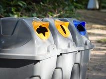 Szarzy kosze dla jałowy sortować są w jawnym parku w Bangkok Thailand plastik recyklingu butelek pojęcia linę, wiążące wody sznur Obraz Royalty Free