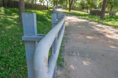 Szarzy metali poręcze w parku Zdjęcia Royalty Free