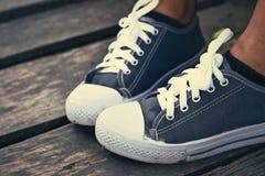 Szarzy Sneakers - akcesoria i noszony (Sneakers) Zdjęcie Royalty Free