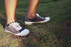 Szarzy Sneakers - akcesoria i noszony (Sneakers) Zdjęcia Royalty Free