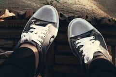 Szarzy Sneakers - akcesoria i noszony (Sneakers) Fotografia Stock