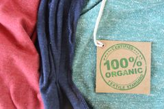 Szata z poświadczającą organicznie tkaniny etykietką. Obrazy Stock
