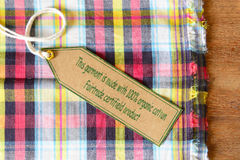 Szata z poświadczającą organicznie tkaniny etykietką. Zdjęcia Royalty Free