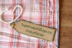 Szata z poświadczającą organicznie tkaniny etykietką. Fotografia Royalty Free