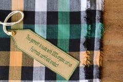 Szata z poświadczającą organicznie tkaniny etykietką. Zdjęcie Stock