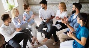 Szczęśliwa kreatywnie drużyna w biurze Biznes, rozpoczęcie, projekt, ludzie i pracy zespołowej pojęcie, zdjęcie stock