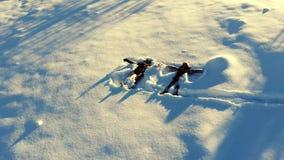 Szczęśliwa młoda rodzina ma zabawę bawić się w śniegu Wesoło spadają w śnieg Chłopiec i dziewczyna jesteśmy szczęśliwi i miłość zbiory