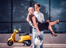 Szczęśliwa para w miłości, facet trzyma dziewczyny na jego wręcza pozycję na drapacz chmur w centrum miasta na gorącym letnim dni obrazy royalty free