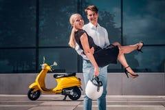 Szczęśliwa para w miłości, facet trzyma dziewczyny na jego wręcza pozycję na drapacz chmur w centrum miasta na gorącym letnim dni zdjęcie stock