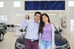 Szczęśliwa para z samochodowymi kluczami obraz royalty free