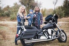 Szczęśliwa rowerzysta rodzina zabawę plenerową zdjęcia stock