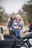 Szczęśliwa rowerzysta rodzina zabawę plenerową obrazy stock