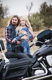 Szczęśliwa rowerzysta rodzina zabawę plenerową fotografia royalty free