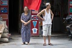 Szczęśliwa Starsza para w ulicie Hanoi Azjatycka starość, związek i starszej osoby pojęcie, Hanoi, Rywalizuje zdjęcie stock