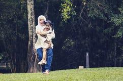 Szczęśliwa wyrażeniowa potomstwo matka cieszy się z jej córką, mieć zabawę przy jawnym parkiem zdjęcia stock