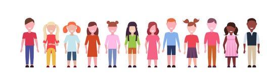Szczęśliwe mieszanki rasy dziewczyny i chłopiec stoi wpólnie różnorodność małe dzieci grupują męskie żeńskie postacie z kreskówki royalty ilustracja