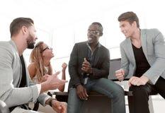 Szczęśliwego biznesu drużynowy dyskutuje nowy handlowy projekt obrazy stock