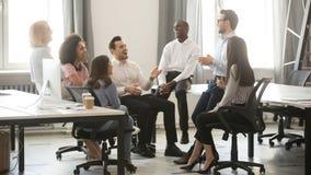 Szczęśliwi różnorodni biznes drużyny pracownicy ma zabawę przy korporacyjnym spotkaniem fotografia royalty free