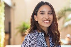 szczęśliwi uśmiechnięci młodych kobiet obrazy royalty free