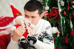 Szczęśliwi uśmiechnięci nowy rok wigilii odświętności mężczyzna fotografia stock