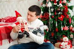 Szczęśliwi uśmiechnięci nowy rok wigilii odświętności mężczyzna zdjęcie stock