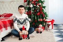 Szczęśliwi uśmiechnięci nowy rok wigilii odświętności mężczyzna obraz stock