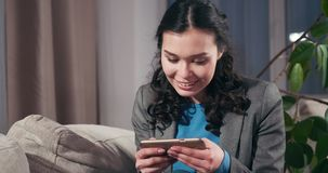 Szczęśliwy biznesmen bawić się grę na telefonie komórkowym zdjęcie wideo