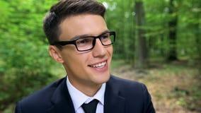 Szczęśliwy biznesmen ono uśmiecha się w lesie, marzący rezygnować pracę i zaczynać podróżować fotografia royalty free