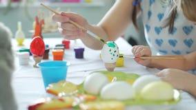 Szczęśliwy czas podczas gdy dekorujący Easter jajka zdjęcie wideo