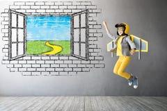 Szczęśliwy dziecko bawić się z zabawkarskim jetpack zdjęcie royalty free