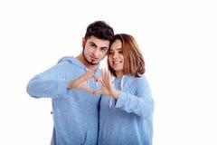 Szczęśliwy i kochający pary przedstawienia serce z rękami zdjęcia stock
